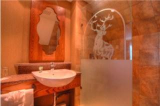 Corner Loft Jacuzzi Suite - bathroom